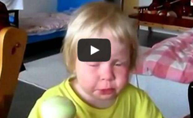 ילדה קטנה אוכלת בצל (צילום: youtube.com)