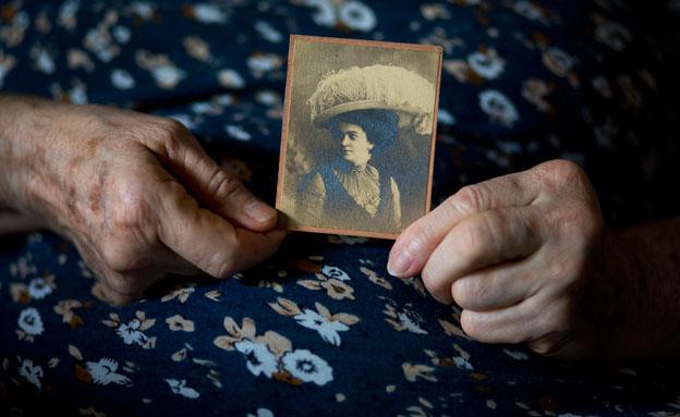 קאטי הולנד ותמונת הסבתא (צילום: AP)