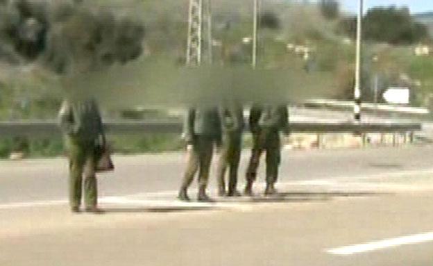 צפו: כך מסתכנים החיילים בדרך לבסיס (צילום: חדשות 2)
