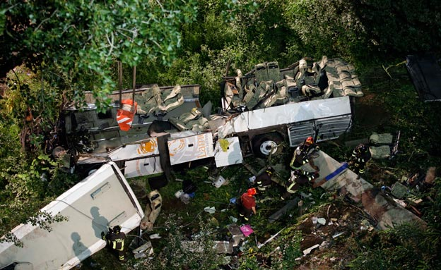 האוטובוס נפל לתהום. אילוסטרציה (צילום: AP)