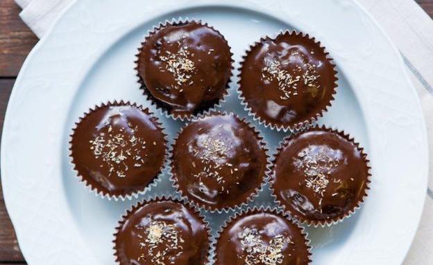 מאפינס שוקולד בציפוי מבריק וקוקוס קלוי (צילום: בני גם זו לטובה, אוכל טוב)