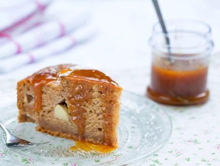 פרוסת עוגת דבש חגיגית עם ציפוי קרמל