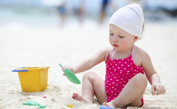 ילדה משחקת בדלי וכף על החול (צילום: אימג'בנק / Thinkstock)