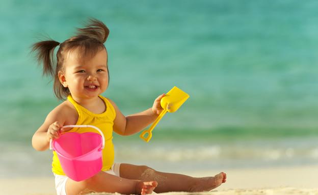 ילדה משחקת על החוף (צילום: אימג'בנק / Thinkstock)