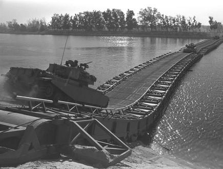 טנקים ישראלים חוצים את תעלת סואץ במלחמת יום כיפור
