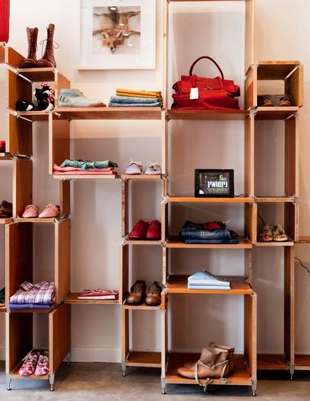 חנויות בגדים, בית בנמל מדפים, צילום יעל אילן (צילום: יעל אילן)