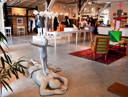 חנויות בגדים, בית בנמל פסל, צילום יעל אילן (צילום: יעל אילן)