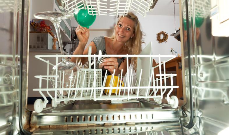 ניקוי מכשירים, מדיח אישה (צילום: Bernd JArgens, Thinkstock)