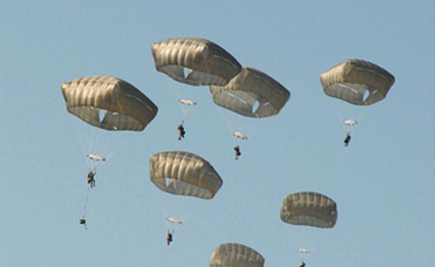 מצנחים מרובעים (צילום: צבא ארצות הברית)