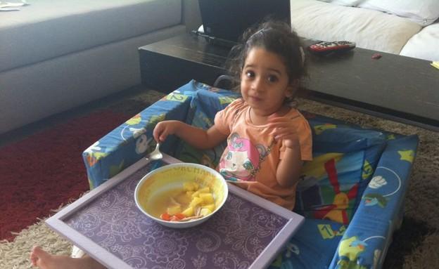 עלמה אוכלת (צילום: תומר ושחר צלמים)