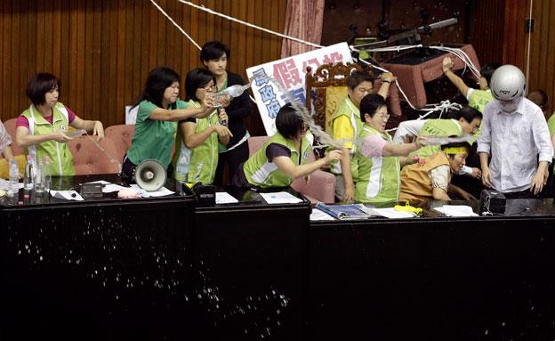 צפו באלימות בפרלמנט (צילום: רויטרס)
