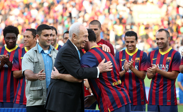 שמעון פרס בועט על מסי (צילום: אודי ציטיאט)