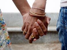 זוג מחזיק ידיים (רויטרס) (צילום: רויטרס)