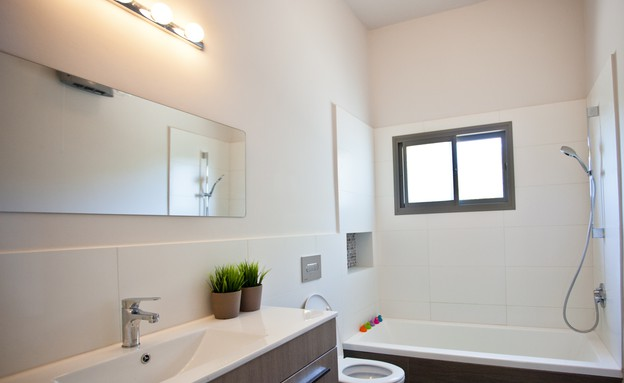 אייר שפירא, אמבטיה  (צילום: גיא שרייבר)