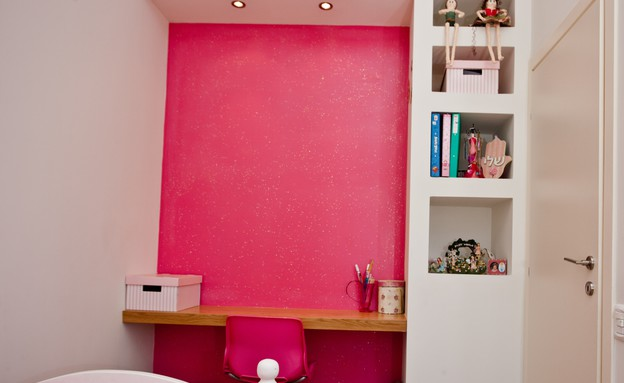 אייר שפירא, חדר ילדה שולחן (צילום: גיא שרייבר)