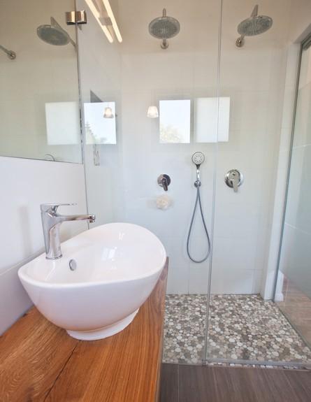 אייר שפירא, חדר רחצה מקלחון גובה (צילום: גיא שרייבר)