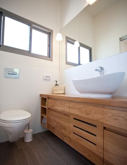 אייר שפירא, חדר רחצה שירותים גובה (צילום: גיא שרייבר)