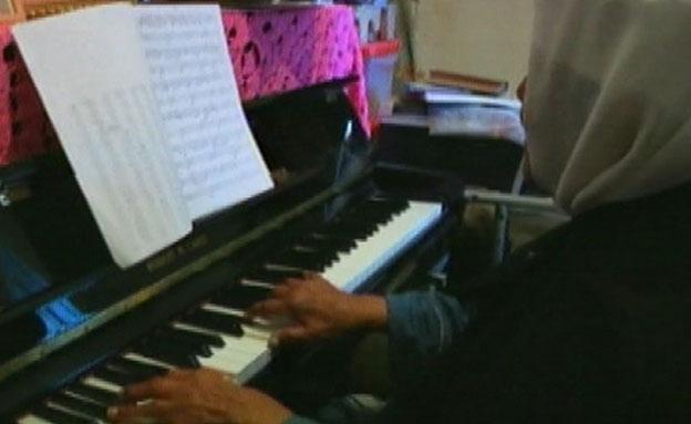 """""""המוזיקה - החברה הכי טובה שלי"""" (צילום: חדשות 2)"""