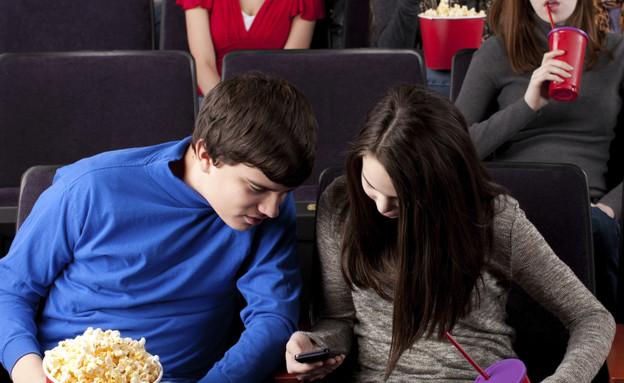 מסמסים בקולנוע (צילום: JBryson, GettyImages IL)