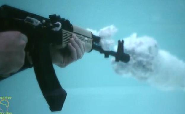 ירי מתחת למים (צילום: Smarter Every Day)