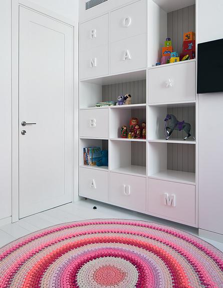 דירה בשחקים, חדר ילדה גובה