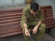 חייל מעשן (צילום: רועי ברקוביץ')