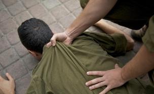 חייל מכה חייל (צילום: רועי ברקוביץ')
