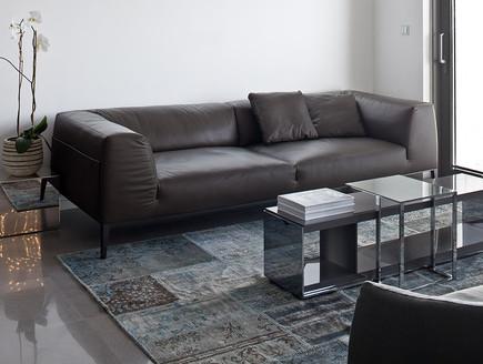 דירה בשחקים, סלון ספה