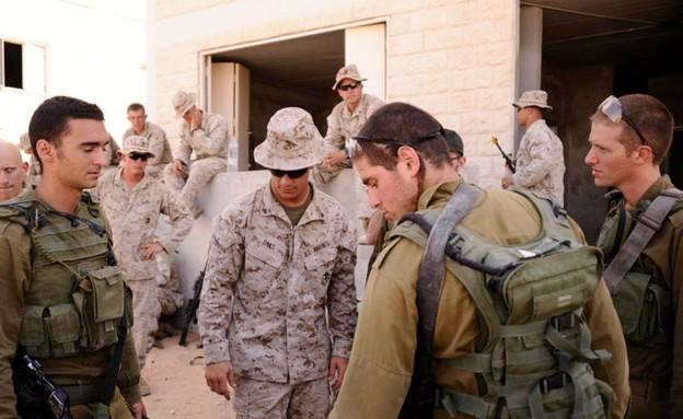 """המרינס מתאמנים עם גבעתי בצאלים (צילום: בן אברהם, עיתון """"במחנה"""")"""