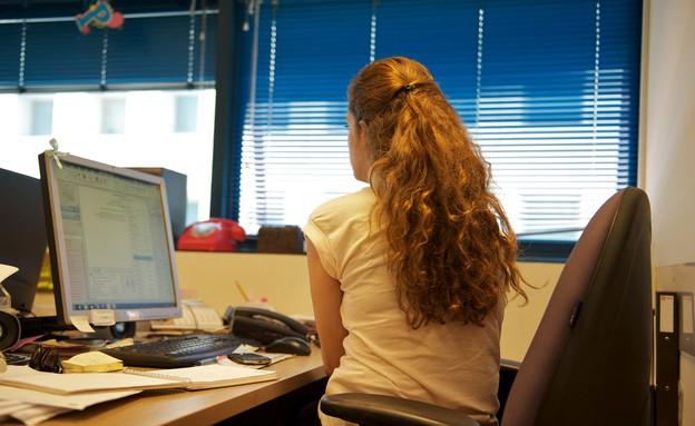 בחורה במשרד (צילום: רועי ברקוביץ')