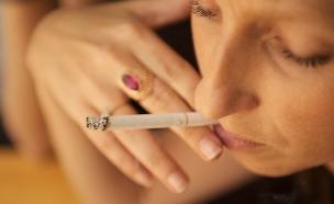 בחורה מעשנת (צילום: רועי ברקוביץ')