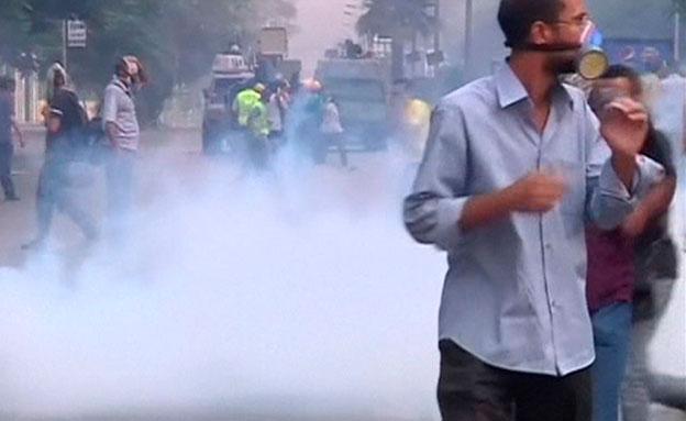 המפגינים המשיכו לתקוף מבנים ממשלתיים (צילום: רויטרס)