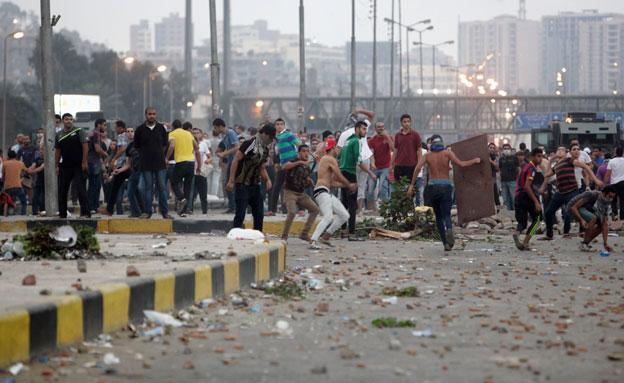 מגנים, תומכים - ומצרים מדממת (צילום: רויטרס)