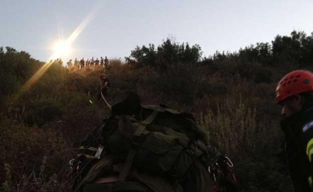 """מאמצי החילוץ בזירת ההתהפכות (צילום: דוברות מד""""א)"""
