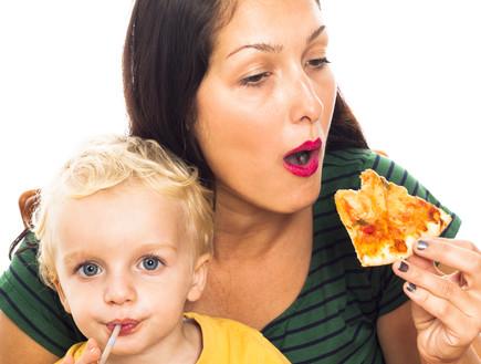 אמא אוכלת פיצה