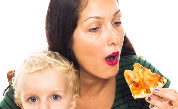 אמא אוכלת פיצה  (צילום: אימג'בנק / Thinkstock)
