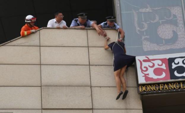 השוטר אזק את עצמו לצעירה שניסתה להתאבד (צילום: dailymail.co.uk)