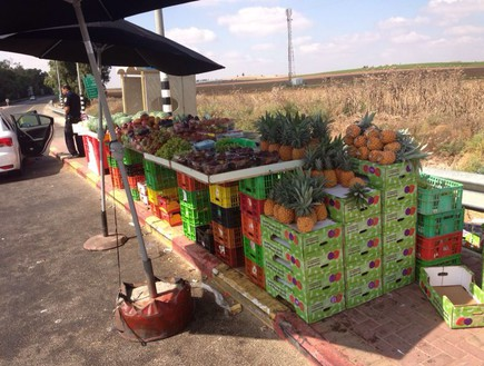 דוכן ירקות בתחנת אוטובוס