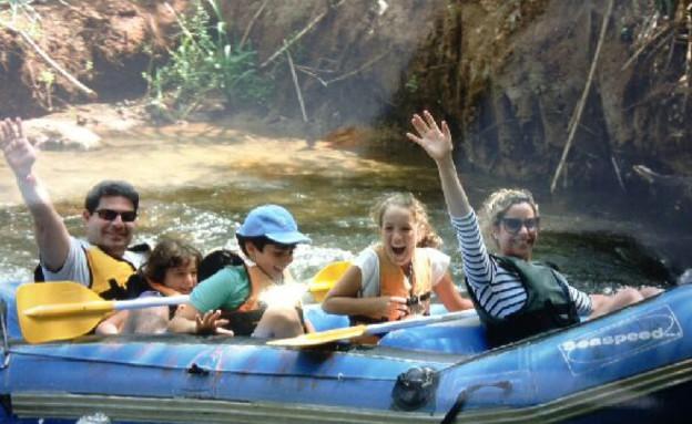 אופיר אקוניס בחופשה משפחתית (צילום: תומר ושחר צלמים, צילום ביתי)