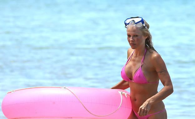 פמלה אנדרסון בביקיני ורוד (צילום: Splashnews, splash news)