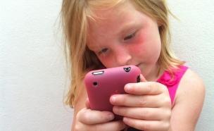 ילדה, עם סלולרי