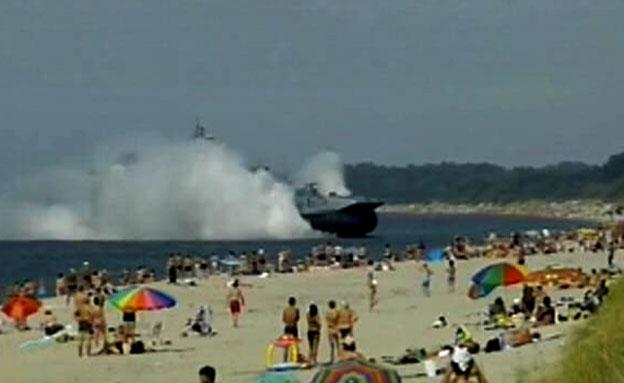 צפו: ספינת מלחמה עלתה על חוף הים (צילום: חדשות 2)