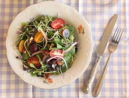 סלט בייבי תרד, עגבניות שרי, ענבים ופקאן (צילום: אפרת ליכטנשטט, יחסי ציבור)