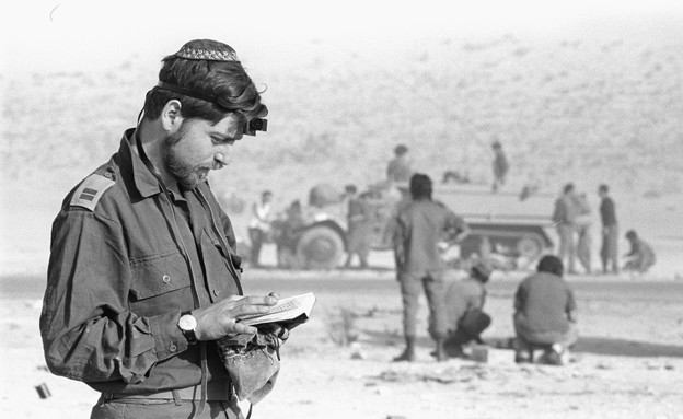 """מלחמת יום כיפור חייל מתפלל (צילום: אבי שמחוני, ארכיון צה""""ל ומערכת הביטחון)"""