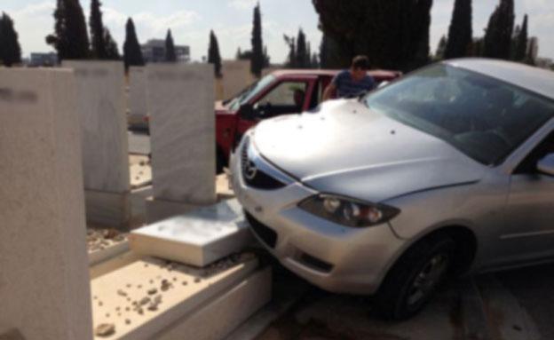 """התאונה בבית העלמין, הבוקר (צילום: סוכנות הידיעות """"חדשות 24"""")"""