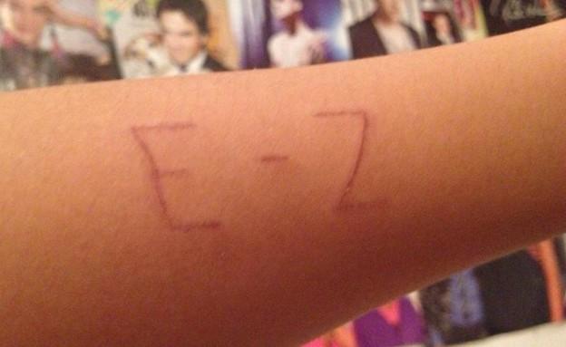 בני נוער חורטים את השם של EZ על היד  (צילום: תומר ושחר צלמים)