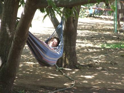 הגדול תופס מנוחה מההורים בבוסתן בראשית, טיול צפון (צילום: איל שפירא)