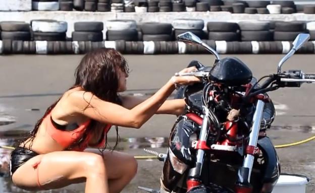 תאונת עבודה של דוגמנית בביקיני עם אופנוע