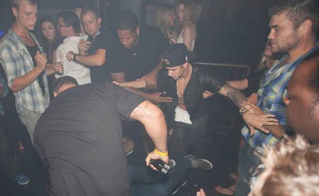 ג'סטין ביבר מותקף במועדון (צילום: Splashnews)