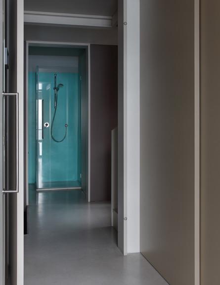 לופט בית חרושת, מקלחת כניסה